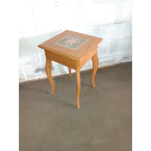 Mesa lateral com ladrilho