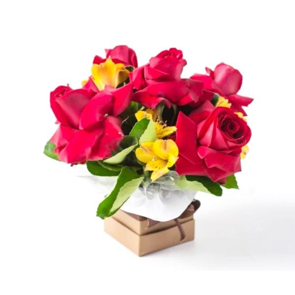 Arranjo Pequeno de Rosas Vermelhas e Astromelias