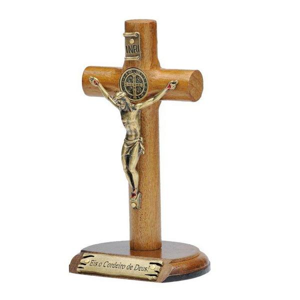 Crucifixo madeira cilíndrica de mesa 12cm- Eis o Cordeiro de Deus