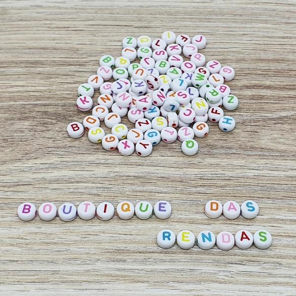 Miçanga de letrinhas coloridas (pacte com 40 grama... - BOUTIQUEDASRENDAS