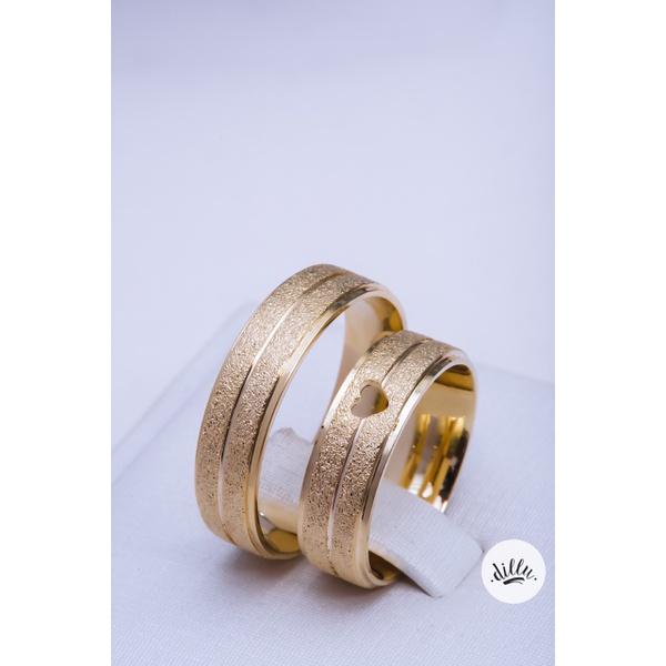Aliança luxo, ouro 18k. Detalhe coração vazado, volta superior com detalhes chanfrados e toda diamantada, dando toda a modernidade o luxo a joia. Parte interna anatômica.