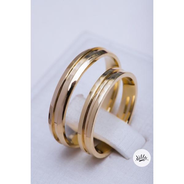 Aliança clássica tradicional ouro 18k com detalhes chanfrados dando mais personalidade a joia. Parte superior abaulada e interna anatômica.