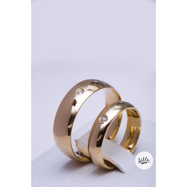 Aliança clássica tradicional ouro 18k. Volta superior abaulada cravejada com ponto de luz e interior anatômica.
