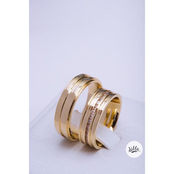 Aliança clássica moderna, ouro 18k. Volta superior com detalhe chanfrado, parte interna anatômica.