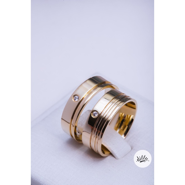 Aliança clássica moderna, ouro 18k, cravejada com ponto de luz, volta superior abaulada, detalhes chanfrados, dando toda personalidade na joia. Parte interna anatômica.