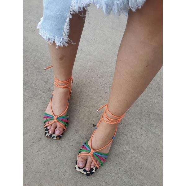 Rasteira onça com tiras coloridas super moderna, perfeita para compor um look neutro e dar destaque aos pés!