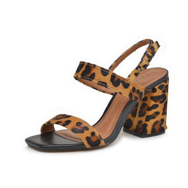 Sandália onça em couro Donna Clô Com a estampa em animal print o modelo fica irreverente e despojado, aposte em peças básicas para deixar o sapato como protagonista do look.