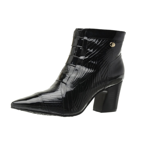 Sofisticada e moderna, a bota em verniz é essencial para compor diversos looks.