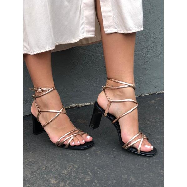 Alem de ser linda, essa sandália deixa qualquer look super moderno.