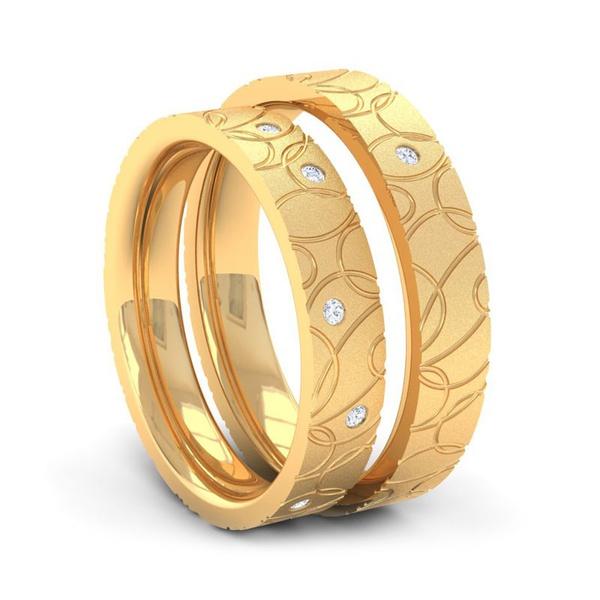 Aliança em Ouro Amarelo Trabalhada com Diamantes