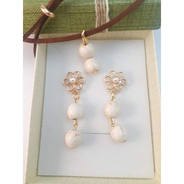 Conjunto de brinco e colar em couro camurça com pedra natural