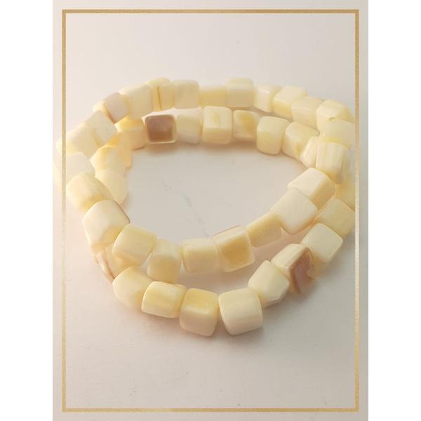 Pulseira Bracelete Confeccionada com madrepérolas em Fio silicone alta resistência Branca