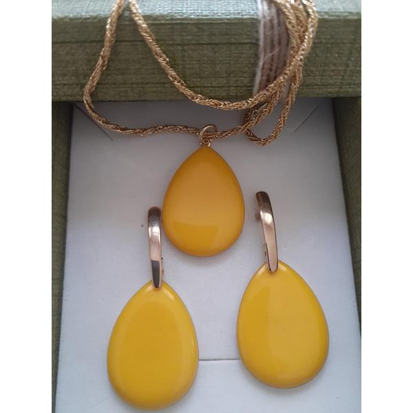 Conjunto de brinco e colar com pedra resinada amarelo