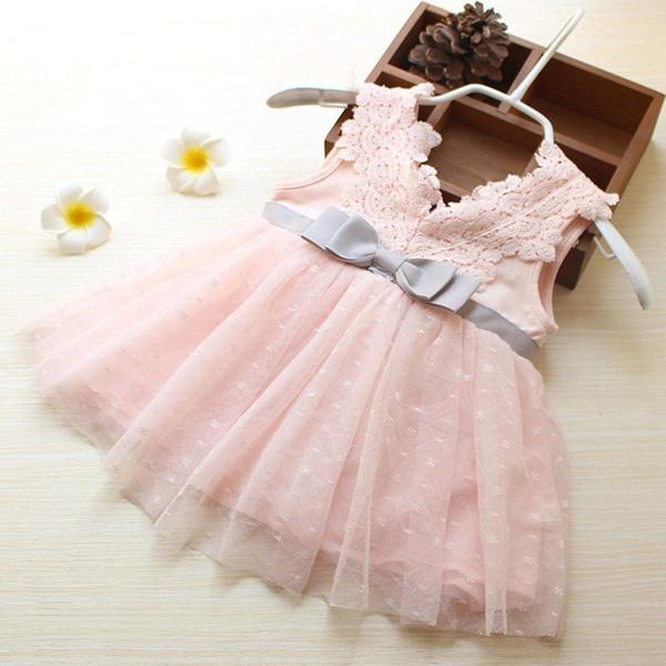 Vestido rosa e laço cinza