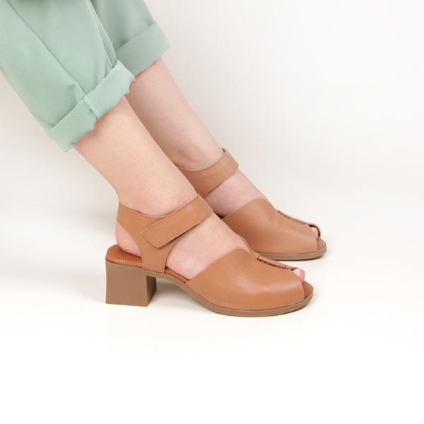 Sandália Martina Peep Toe Fechamento Em Velcro Terracota Salto 5 cm