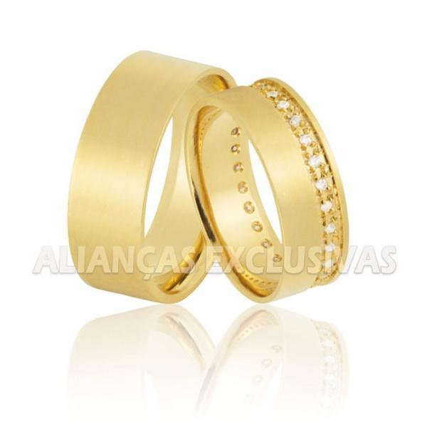 par de alianças em ouro 18k com 40 pedras de diamante e formato anatômico