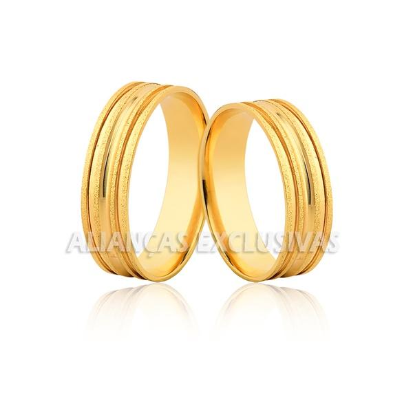 par de alianças de casamento diamantadas em ouro 18k com frisos