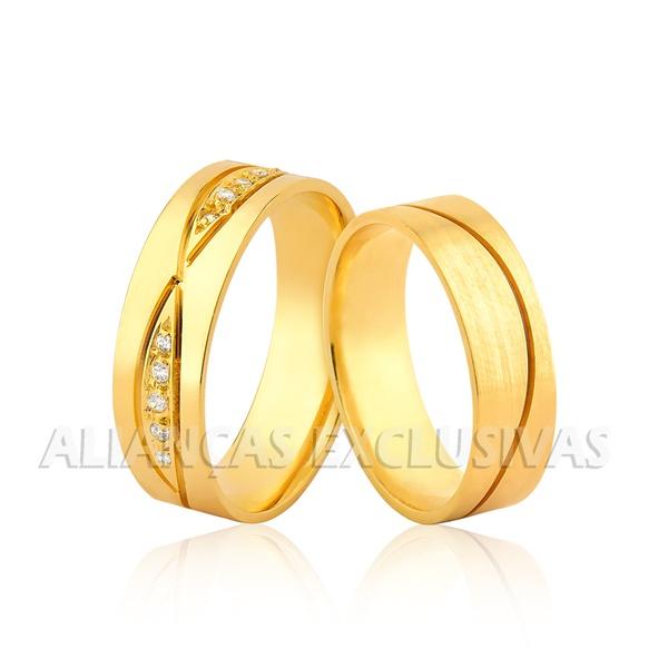 par de alianças grossas com acabamento escovado em ouro 18k com pedras de diamantes