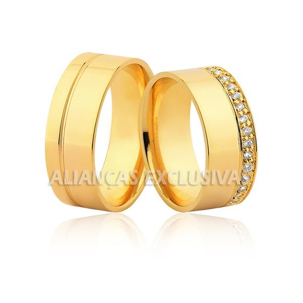 Aliança com Frisos e Diamantes em Ouro 18k