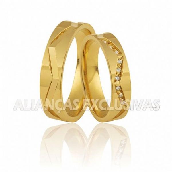 alianças trabalhadas com pedrarias em ouro 18k para casamento e noivado