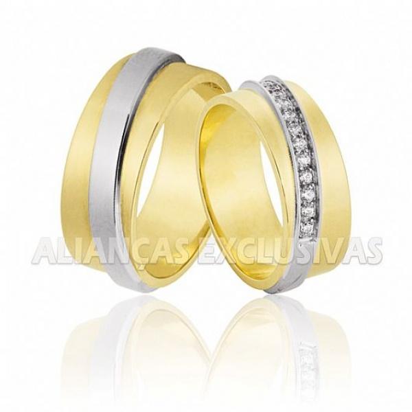 par de alianças grossas em ouro amarelo e ouro branco com diamantes