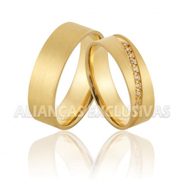 par de alianças de casamento em ouro fosco