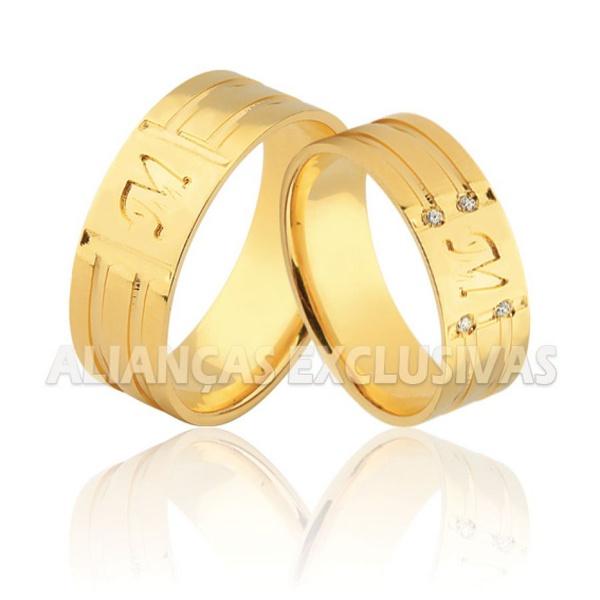 aliança de ouro grossa com iniciais dos nomes e pedras de diamante