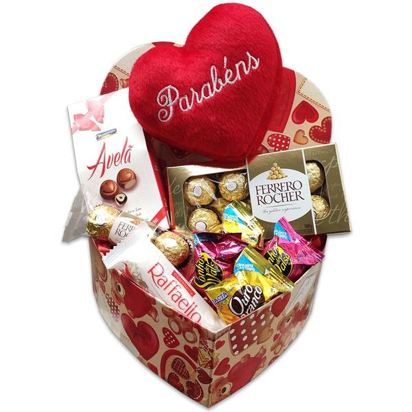 Linda caixa coração com chocolates e pelúcia parabéns