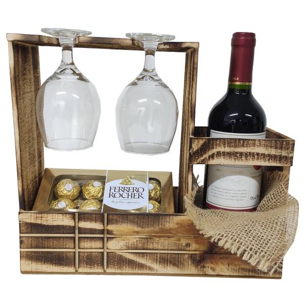 Porta vinho de madeira composto por Ferrero Rocher e vinho