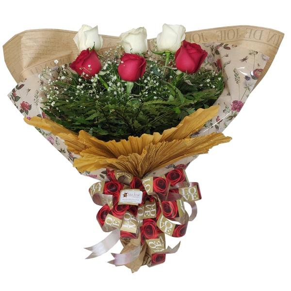 Buquê com 6 rosas vermelhas e brancas