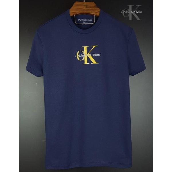 Camiseta CK Marinho detalhe dourado