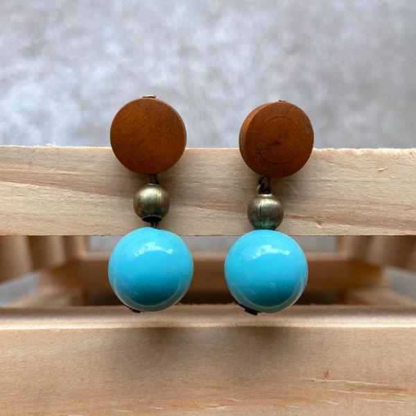 Brinco de Resina e Madeira Azul Hortência - Andorinhas