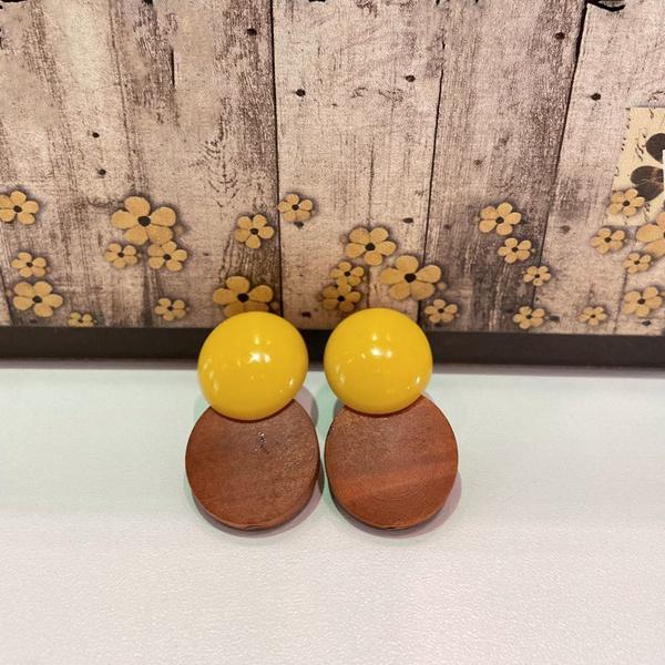 Brinco de Resina e Madeira Amarelo - Dueto Redondo