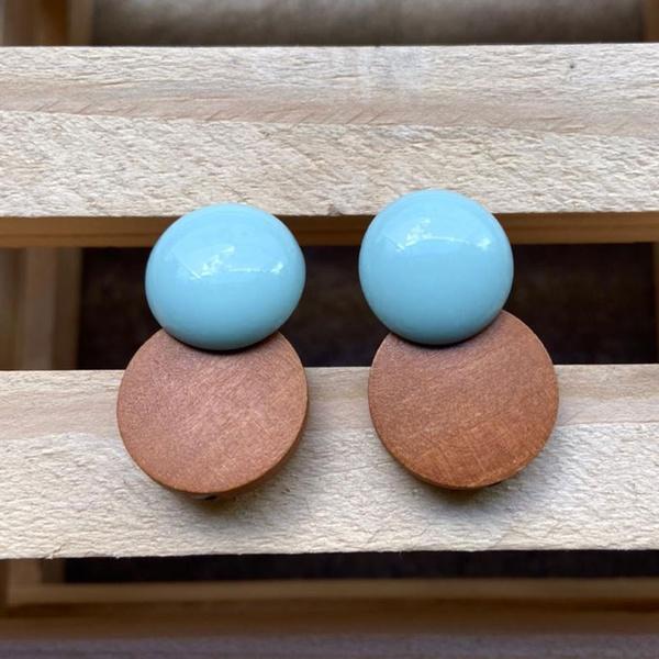 Brinco de Resina e Madeira Azul Hortência - Dueto Redondo