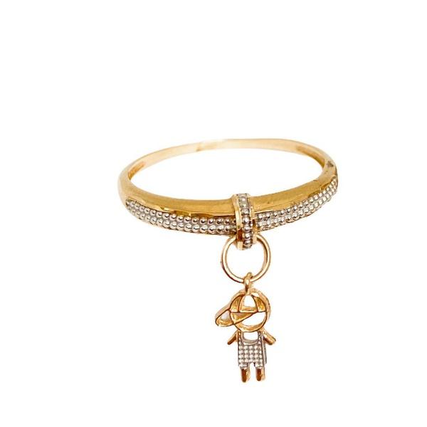 Anel em ouro 18k com detalhe em ouro branco e pingente de menino pendurado
