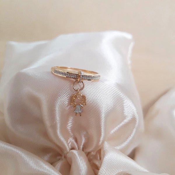 Anel em ouro 18k com detalhe em ouro branco e pingente de menina pendurado