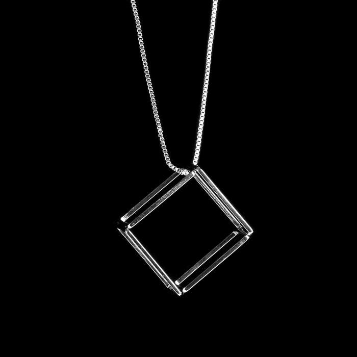 Colar Longo Cubo Tridimensional Semijoia RB
