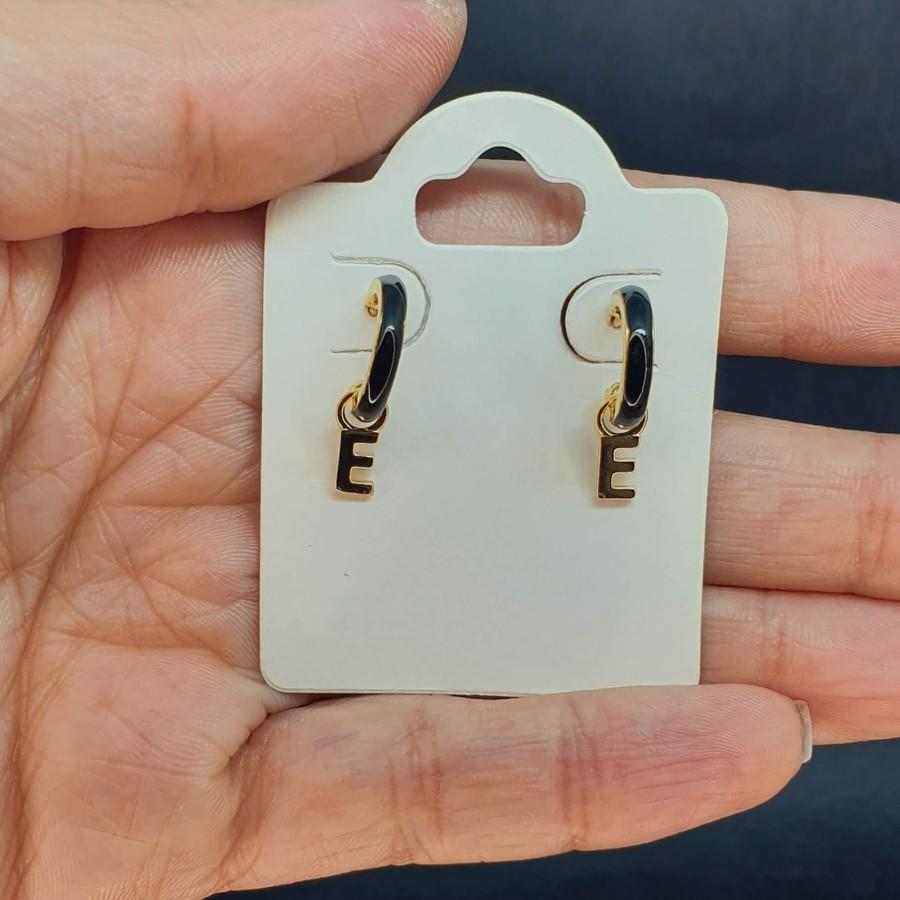 Mini Argola Folheada Dourada Esmaltada Preta Letra E