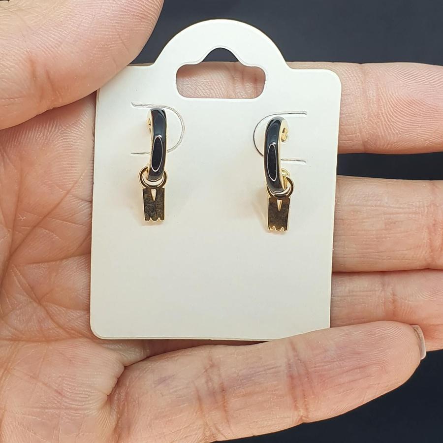 Mini Argola Folheada Dourada Esmaltada Preta Letra M